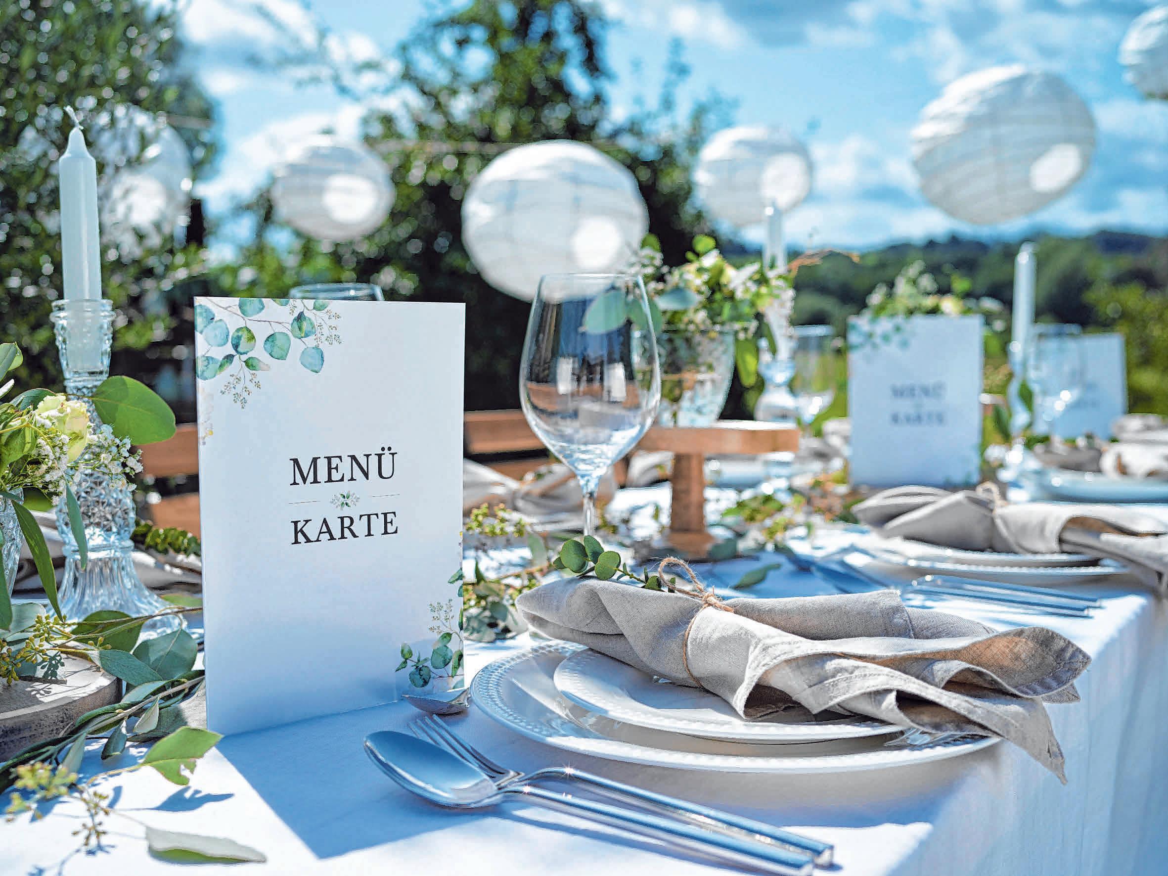 Die Tischdekoration bis hin zu den individuell gestalteten Menükarten spiegelt das Thema der Hochzeitsfeier wider.