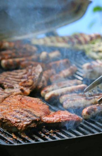 Würstchen und Steaks sind die Klassiker auf dem Grill.