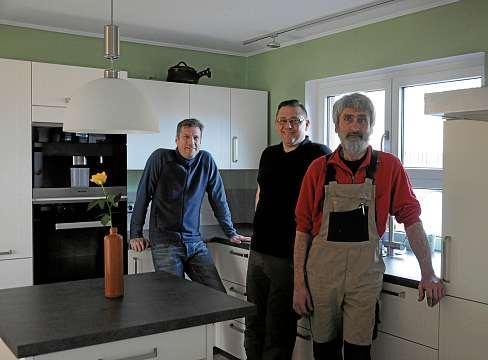 Das Team von Küchenstudio Rudolph um Inhaber Marc Frerk (li.) erfüllt individuelle Küchenträume wie diese zeitlose Lack-Matt-Küche mit den markanten Keramik-Arbeitsplatten. FOTO: FSCH
