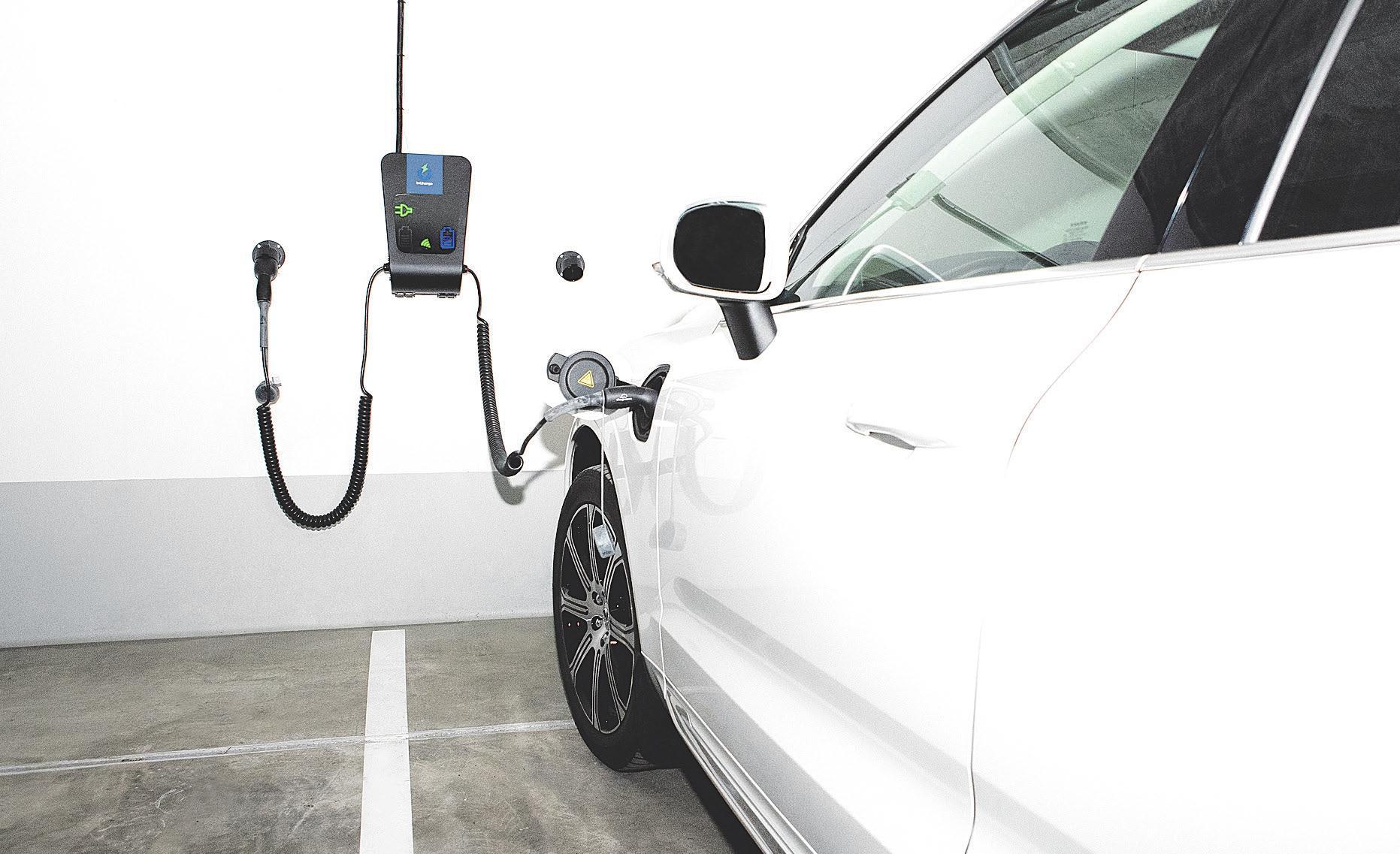 E-Auto beim Laden an einer Wallbox. Hier ist der Strompreis im Gegensatz zu öffentlichen Ladestationen in der Regel günstiger<br>
