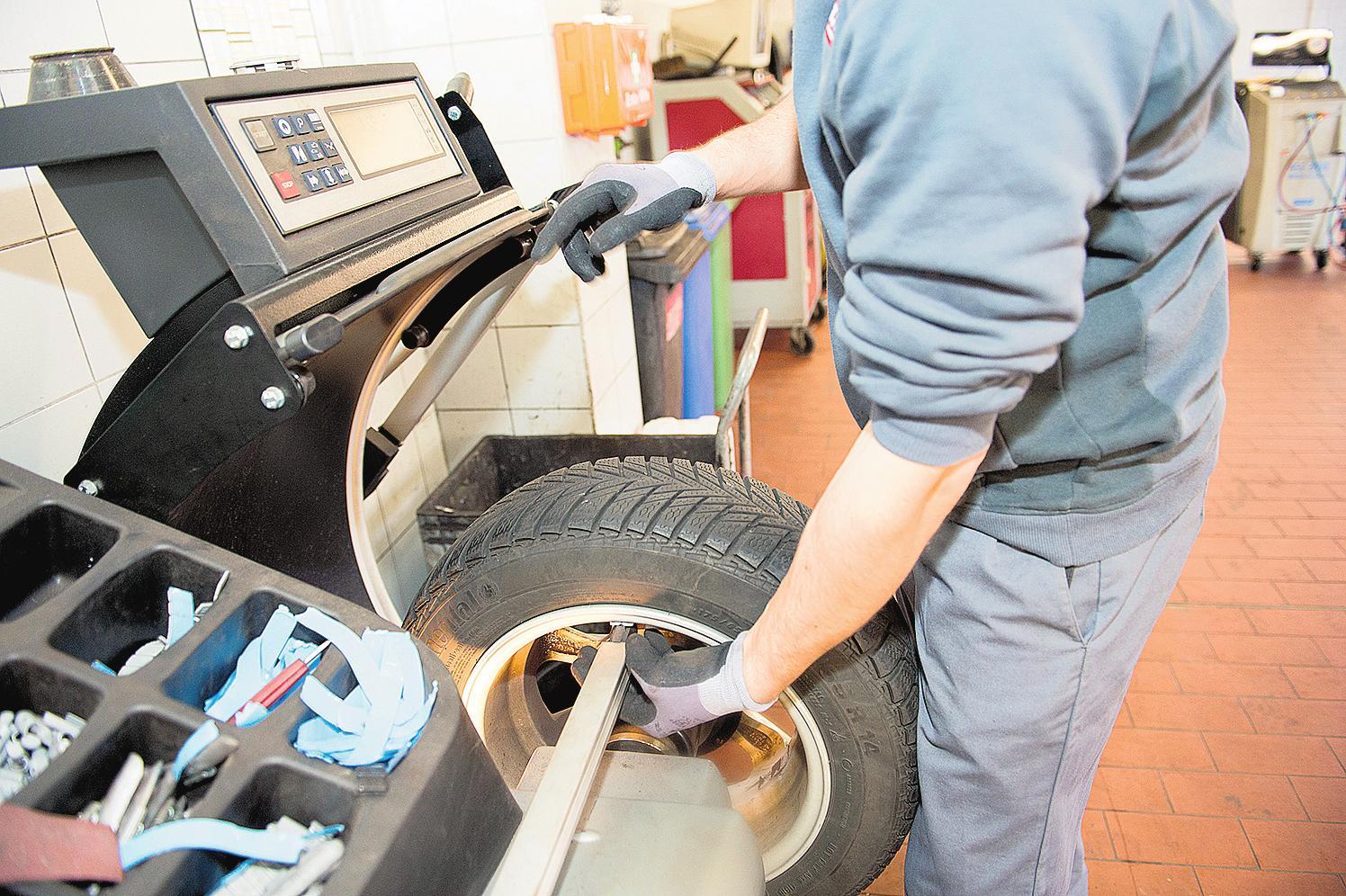 Beim Reifenwechsel ist es wichtig, die Räder vor dem Montieren auswuchten zu lassen. Dafür gibt es in Autowerkstätten spezielle Maschinen. FOTO: DPA