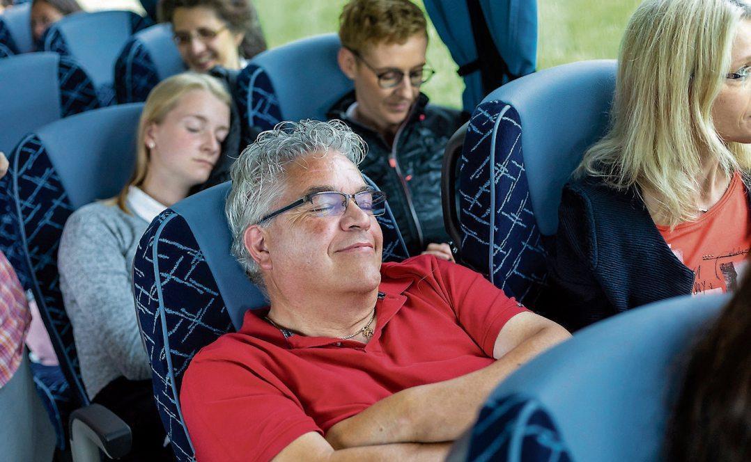 Schöne Träume! Komfortable Busse mit großzügiger Beinfreiheit und verstellbaren Rückenlehnen sorgen schon bei der Anreise für einen entspannten Urlaub. Bild: gbk