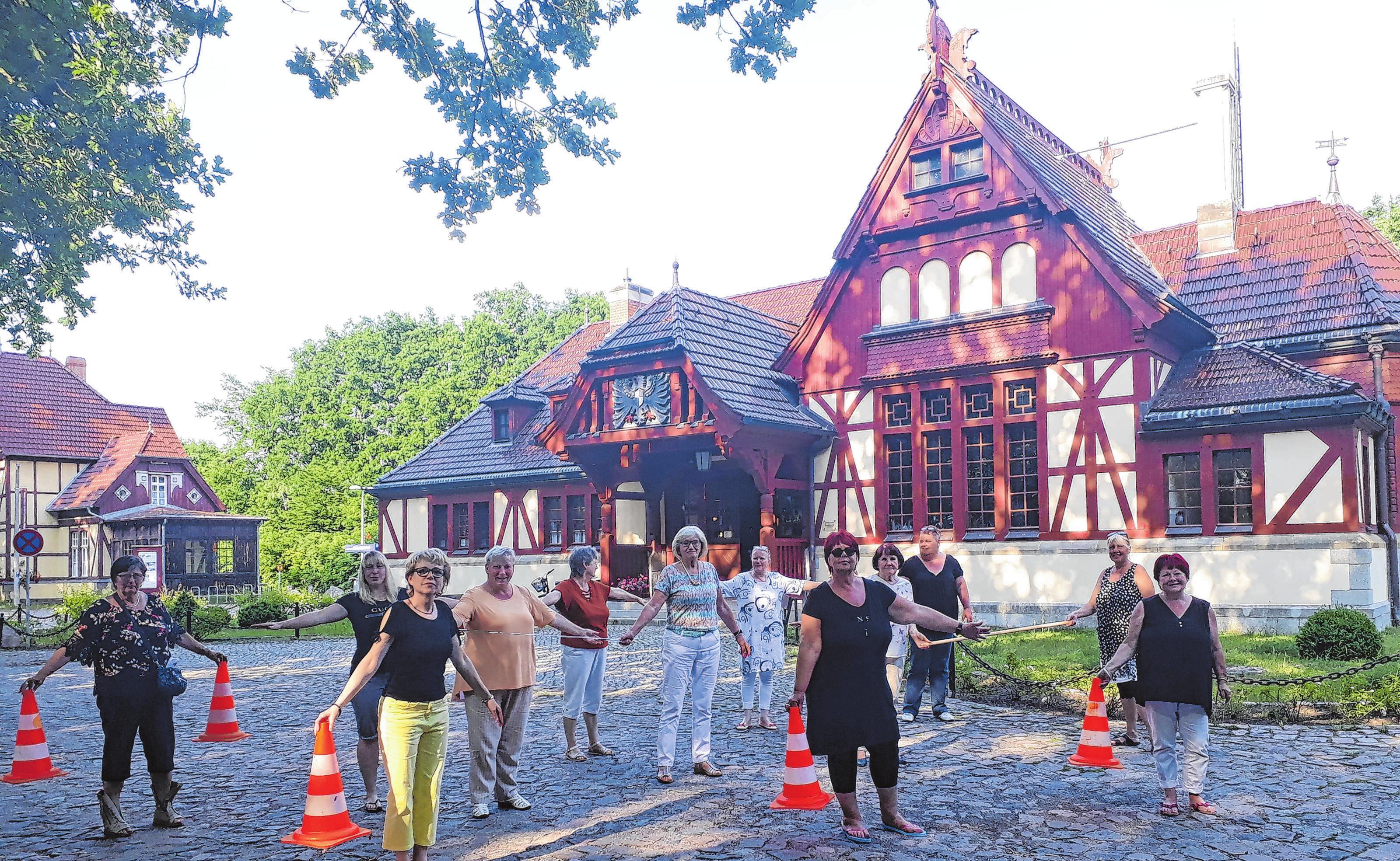 Die Frauen vom Heimatverein Joachimsthal bereiten die Fläche für die erste Klappstuhlmitbring- Lesung vor. Foto: saschu