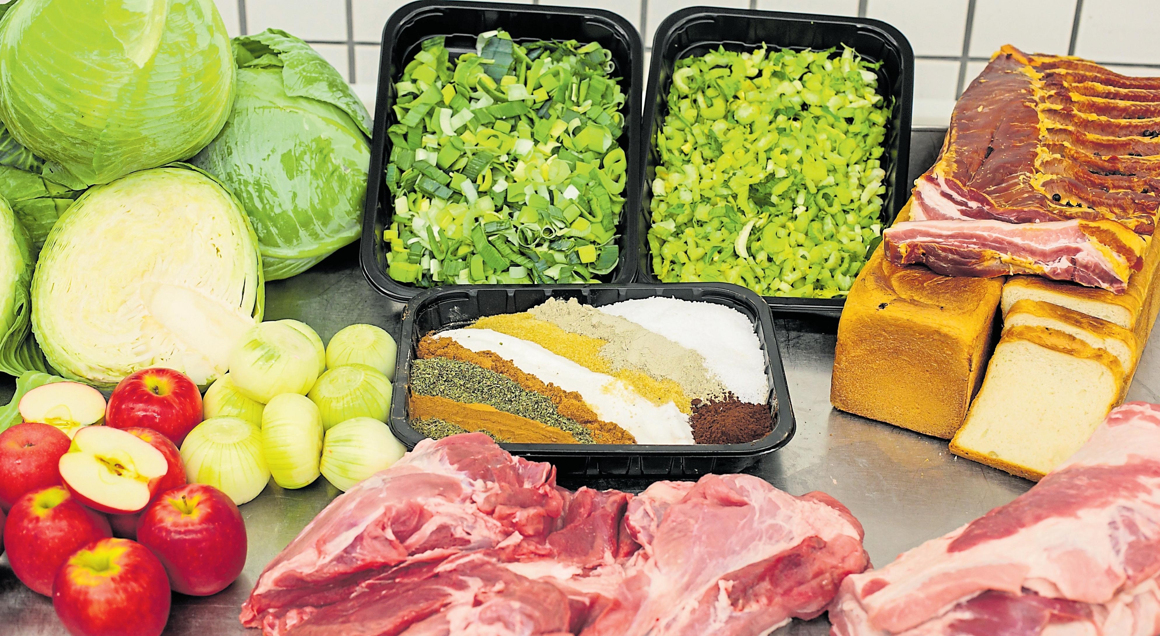 Neben Schweineblut werden für Träipen Brot, Sellerie, Lauch, Kohl, Zwiebeln, Fleisch, Speck und eine eigene Gewürzmischung verarbeitet.