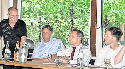 Bernd Berger (links) berichtet den Mitgliedern über die gute Kassenlage des Fachverbands.