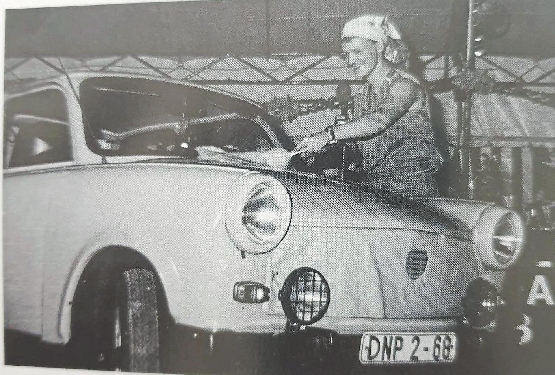 Bei der 20. Prunksitzung hatte Martin Zinselmeier sich um einen waschechten Trabant zu kümmern, den der Vorstand auf die Bühne bugsiert hatte. Fotos: JCC