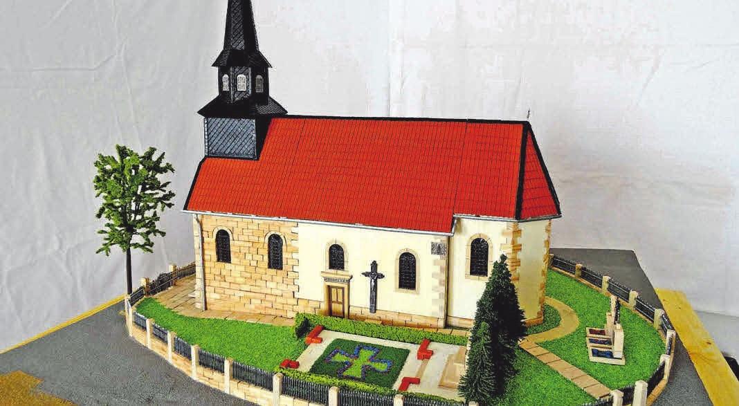 1984 ist sie abgerissen worden: Mario Diederichs Modell von Tiftlingerodes alter Kirche. FOTO: R
