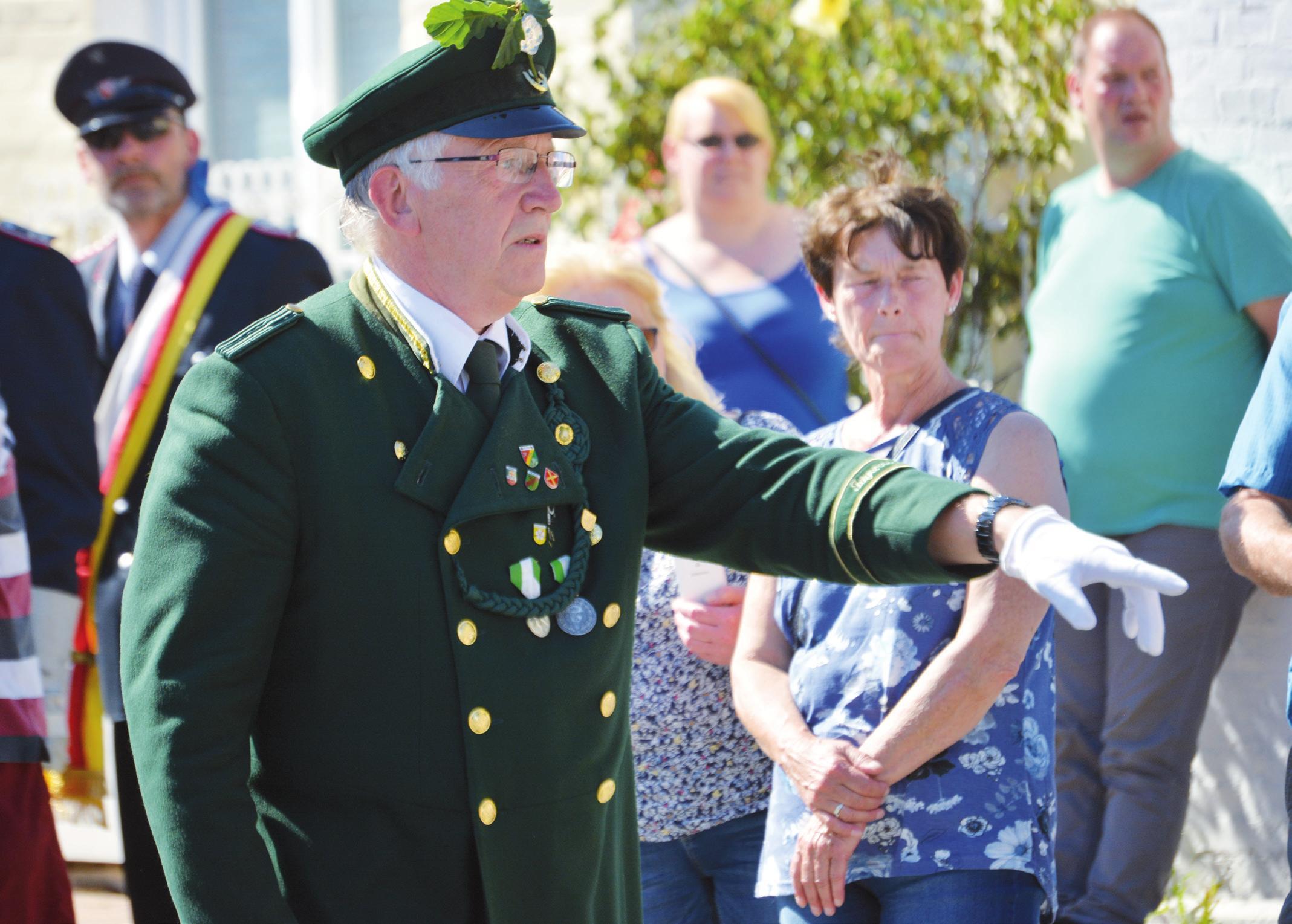 Ortsbürgermeister Karl-Heinrich Rohlf beim Ausmarsch.