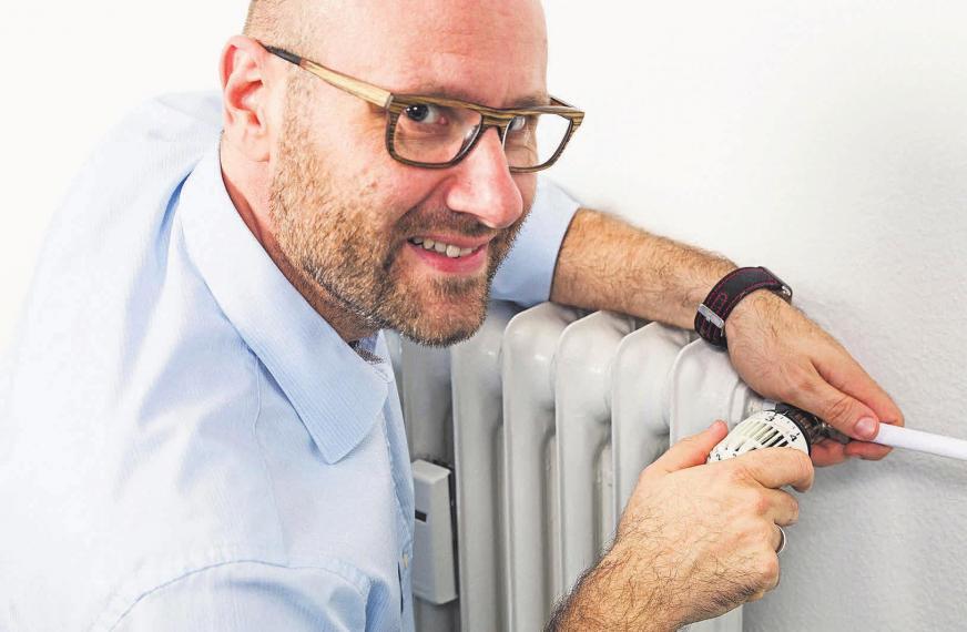 Energieberater Oliver Rausch verrät Verbrauchern im Internet Tipps und Tricks, mit denen sie ihre jährlichen Ausgaben – insbesondere für Heizwärme – reduzieren können. Foto: djd/Techem Energy Services/Bernd Roselieb