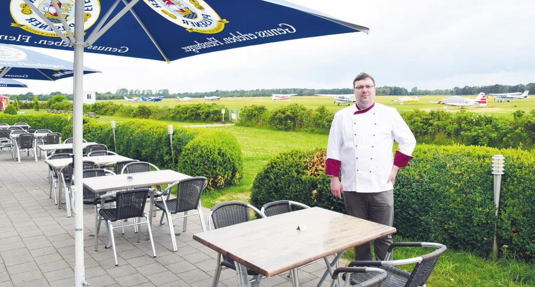 """Sven Szaguhn bietet am """"Tower Restaurant"""" einen schönen Blick auf den Flugplatz Heist"""