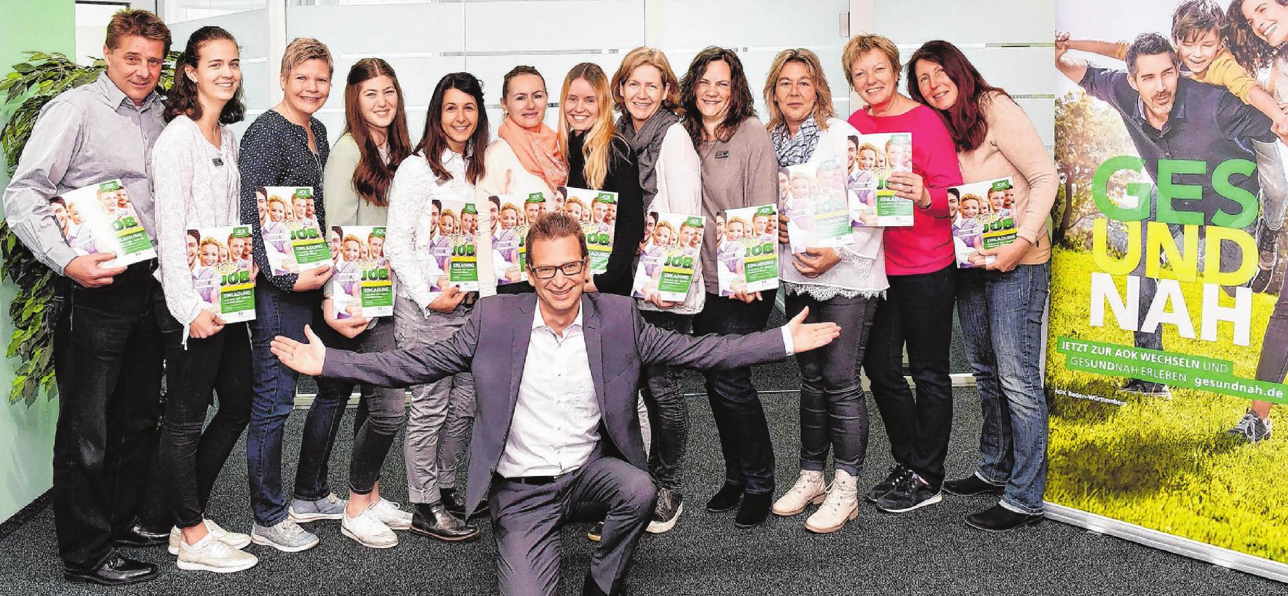 Markus Schirmer, der Leiter des Ehinger AOK-Kundencenters, und sein freundliches Team setzen auf Kundennähe. Fotos: Emmenlauer