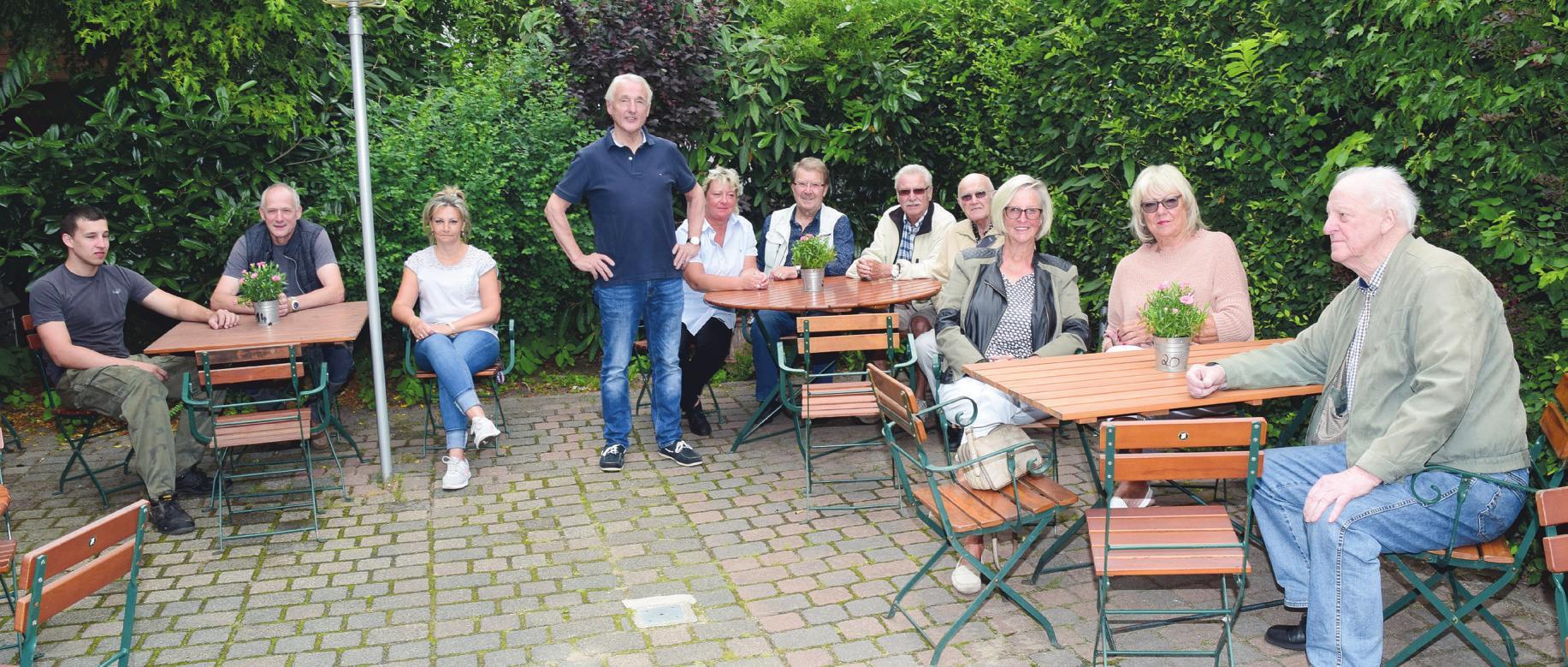 """Im gemütlichen Biergarten des Restaurants """"Reitstall Klövensteen"""" lässt es sich auch in großer Runde gut aushalten, und der Chef Peter Gnewuch (stehend) begrüßt hier gern seine Gäste Fotos: Klein (4), Privat (1)"""