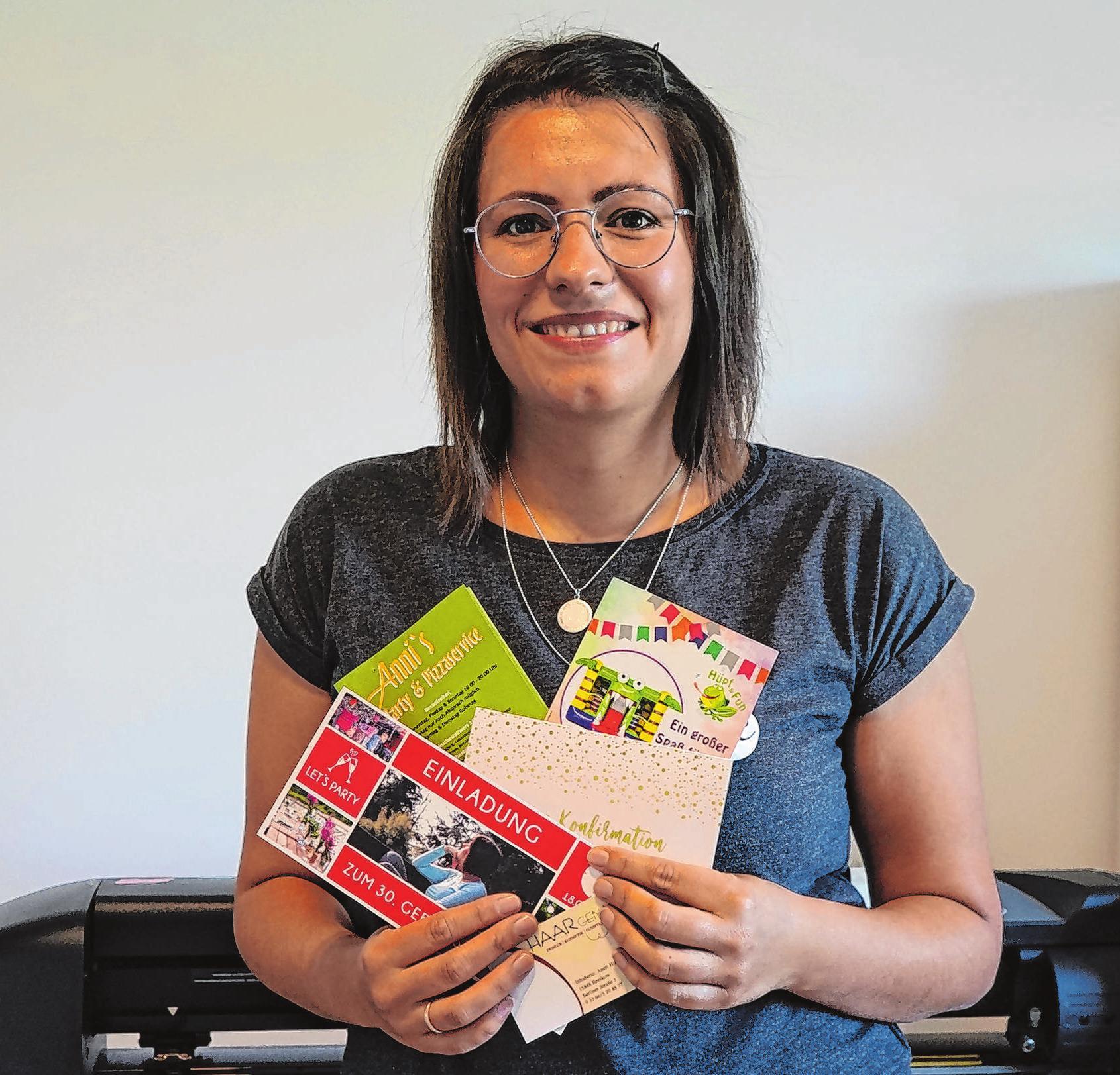 Firmeninhaberin Maria Welke arbeitet für Geschäfts- und Privatkunden. Neben Karten und Flyern entwirft sie unter anderem Autobeschriftungen.