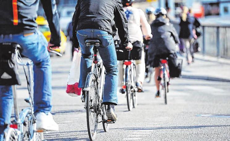 Mit dem Fahrrad ist man grundsätzlich sehr umweltfreundlich unterwegs. Bei E-Bikes jedoch sollte etwas beachtet werden: eine gute Fahrradversicherung ist auf jeden Fall empfehlenswert. Foto: djd/Waldenburger Versicherung/Getty Images/iStockphoto