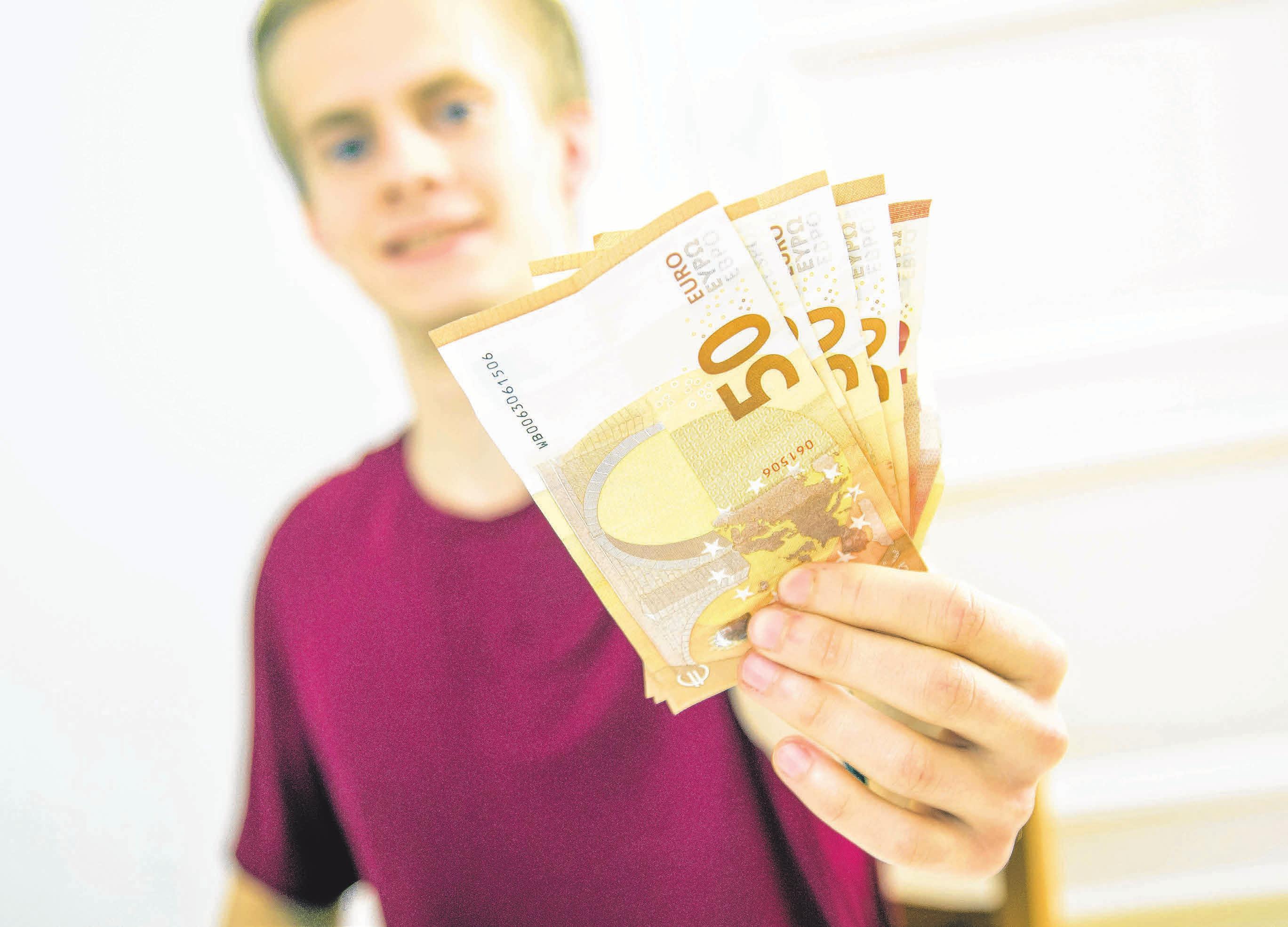 In der Ausbildung verdienen viele junge Menschen endlich ihr eigenes Geld – und sind darauf richtig stolz. Aber wie viel ist das eigentlich? Und was kann man tun, wenn das Geld nicht zum Leben reicht? Foto: Christin Klos