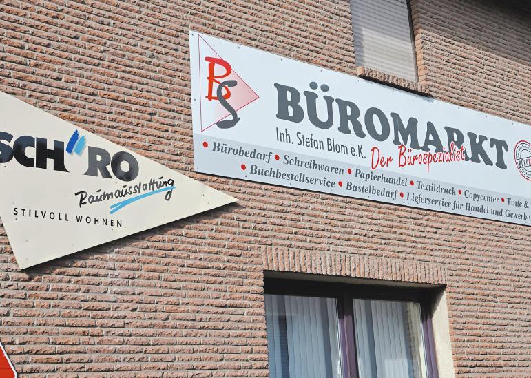 Zwei unter einem Dach an der Kirchstraße 8: Raumausstattung Schüro und der BS Büromarkt.