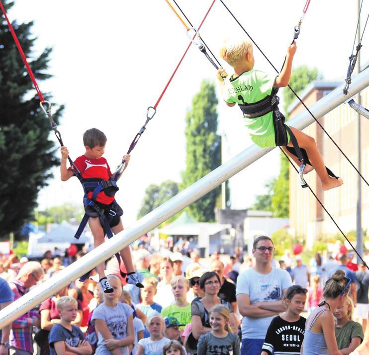 Die Kinder sind mit Seilen gesichert. So gelingt vielleicht sogar ein Salto auf dem Trampolin. FOTOS: JUERGEN ENGLER (5)
