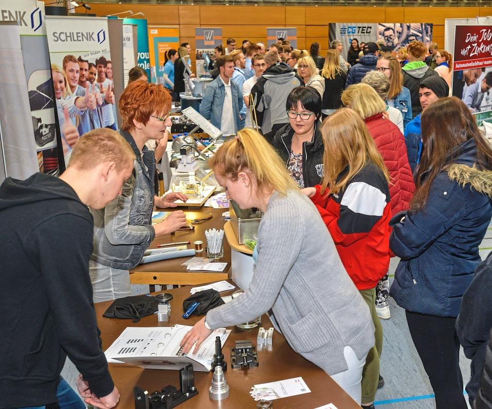 Das Interesse an der Lehrstellenbörse ist groß: Hier können die Besucher mit den Betrieben ins Gespräch kommen und sich bei Mitmachaktionen ausprobieren. Fotos: Tschapka