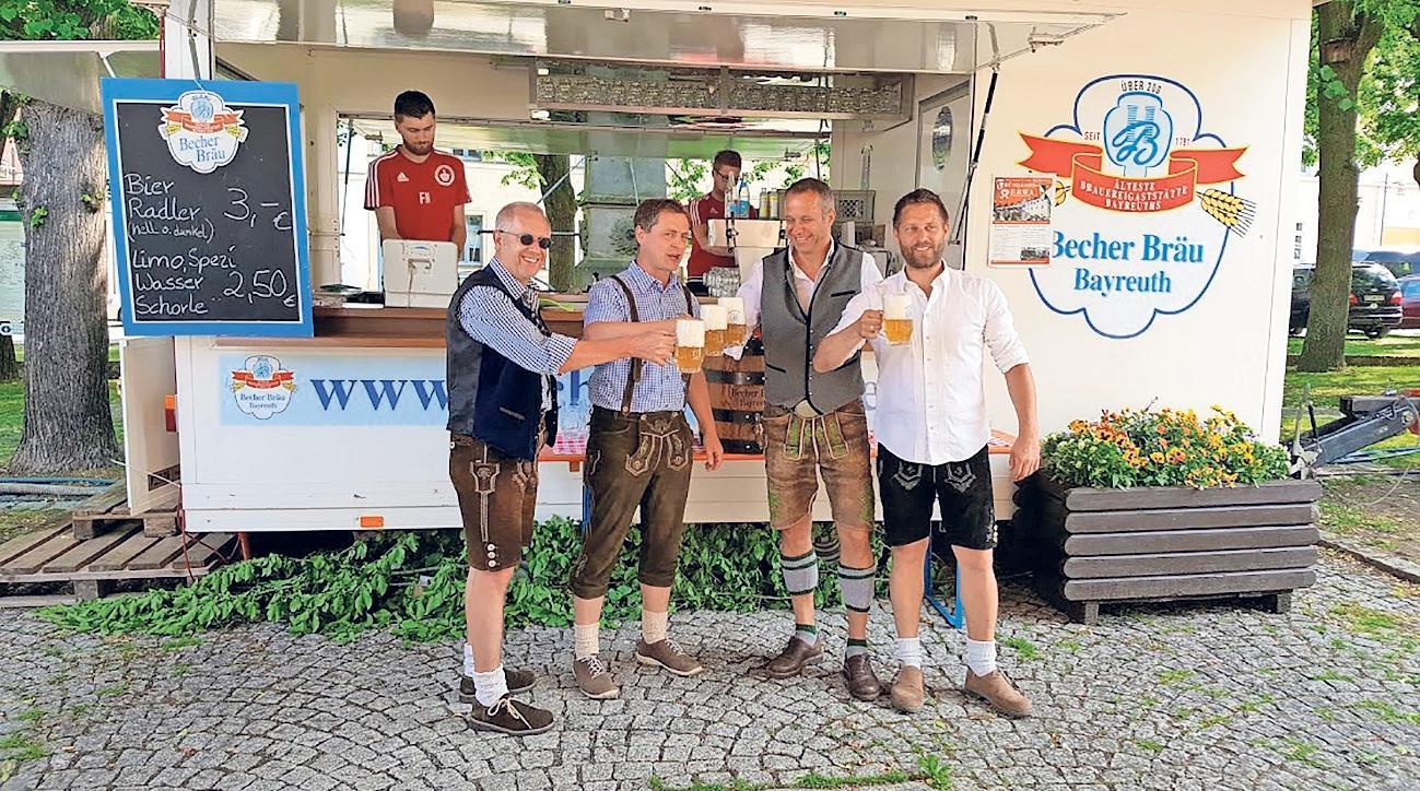 O'zapft is: Am Donnerstag um 10 Uhr eröffnet Bürgermeister Holger Bär (Zweiter von links) zusammen mit Drittem Bürgermeister Wieland Pietsch (links) und den beiden Festwirten mit dem Bieranstich die diesjährige Kirchweih.