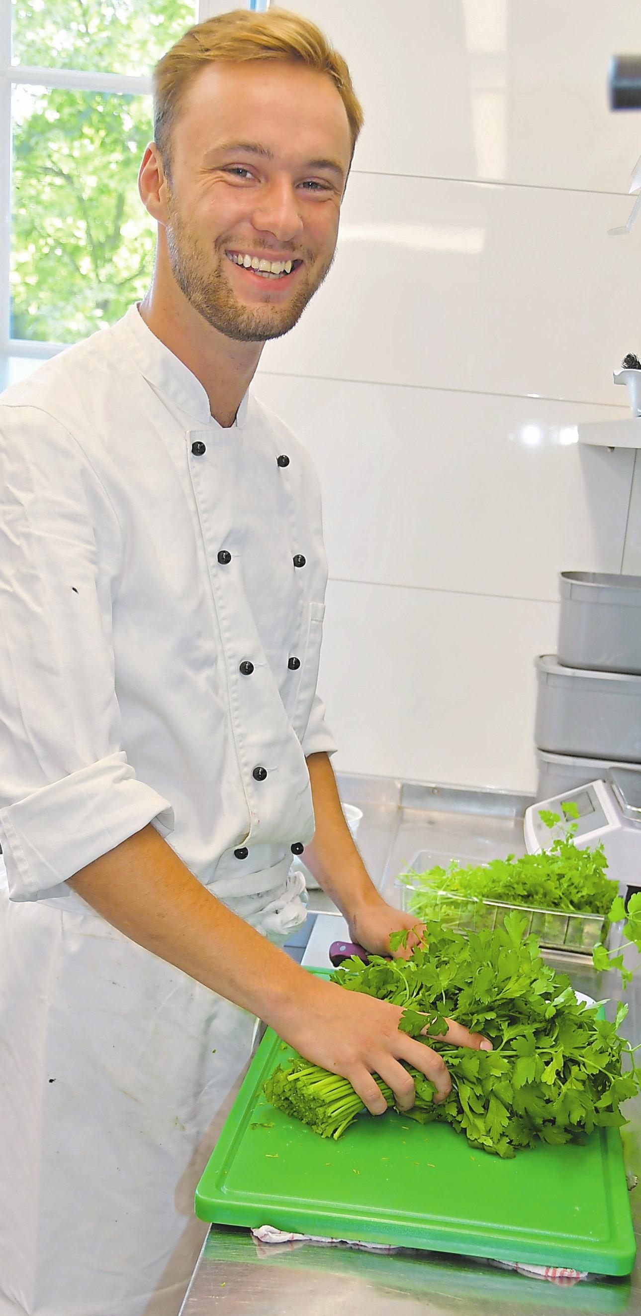Koch Marvin Stegemann legt sehr viel Wert auf frische Kräuter.