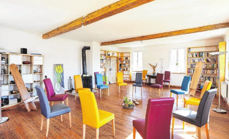 Der Seminarraum in der Geislinger Schule des Dreiklangs ist in warmen Farben gestaltet