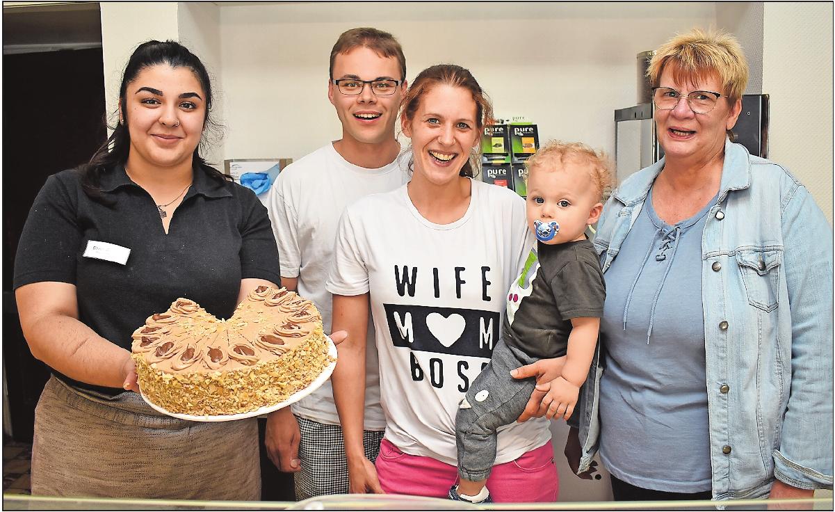 Lieben qualitativ hochwertige Backwaren: Verkäuferin Elvira Demaj mit Nougattorte (von links), Jochen und Jasmin Brendel mit Sohn Jonathan und Stammkundin Claudia Hust. FOTO: SCHENK