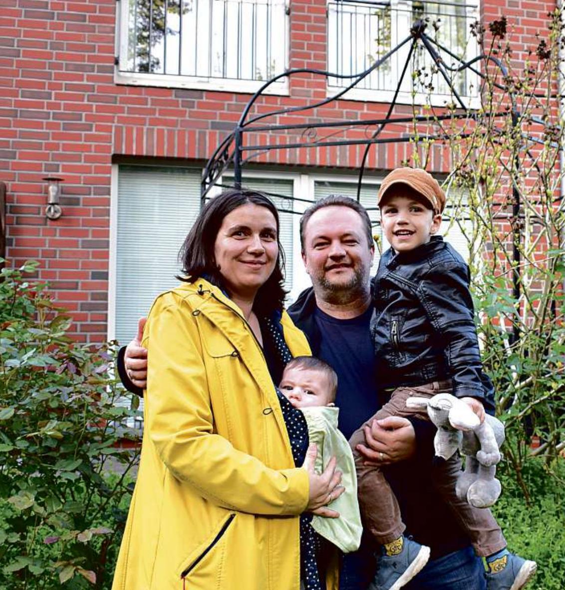 EINE GLÜCKLICHE FAMILIE: Jens und Manuela Tiedemann mit ihren Kindern vor ihrem Endreihenhaus. Foto: Torsten Borchers