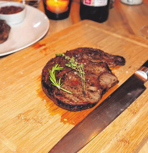 Das zarte Steak vom neuen Grill lädt zum Genießen ein.