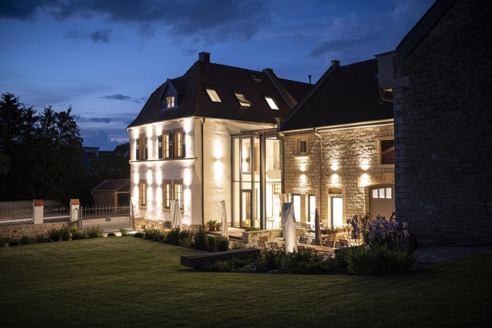 In den Abendstunden bietet der beleuchtete Hof eine romantische Atmosphäre.