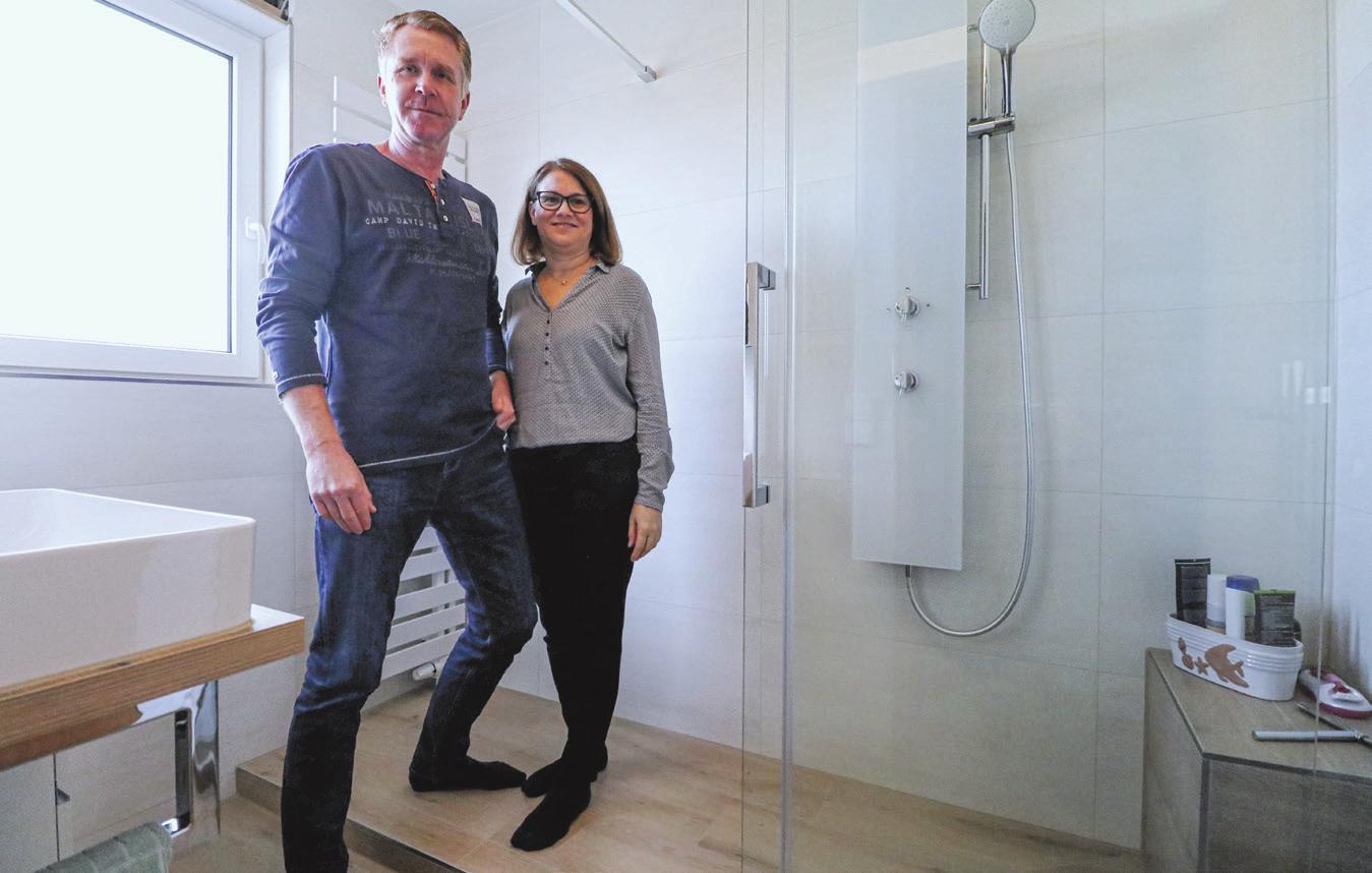 Nachher. Roland und Birgit Schmidt freuen sich über ihr neues Badezimmer. Durch die fast bodentiefe Dusche mit Schiebetüre wirkt der kleine Raum besonders großzügig. Foto: Daniela Strohmaier