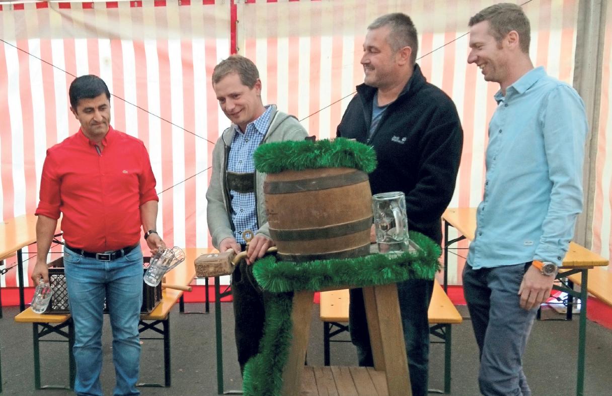 Zusammen mit Halil Tasdelen, Klaus Bauer und Florian Wiedemann nahm Bürgermeister Holger Bär im vergangenen Jahr den Bieranstich vor. Fotos: privat