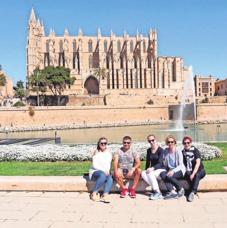 Das Reise- und Urlaubskompetenzteam vom TUI-ReiseCenter: Swaantje Kretschmar (von links), Gerhart Özcan, Mirja Beel, Sabine Gronau und Susanne Backhaus besuchte kürzlich Mallorca. Foto: Tui