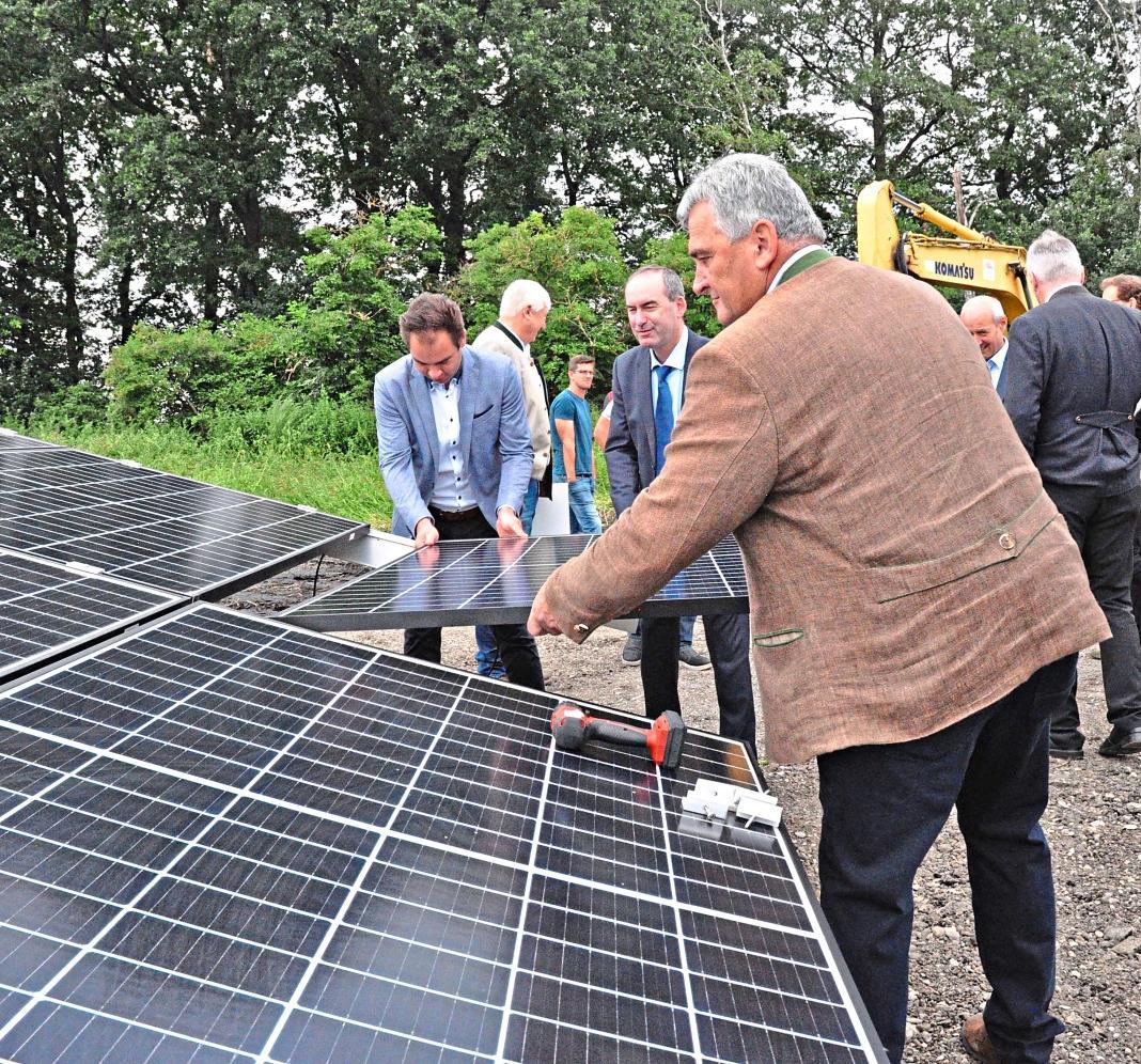 Der Solarpark Schornhof sorgt für überregionale Aufmerksamkeit. Zur Montage des letzten von rund 350.000 Photovoltaikmodulen kam sogar der bayerische Wirtschaftsminister und Vizeministerpräsident Hubert Aiwanger (FW) nach Berg im Gau. Foto: Hofmann