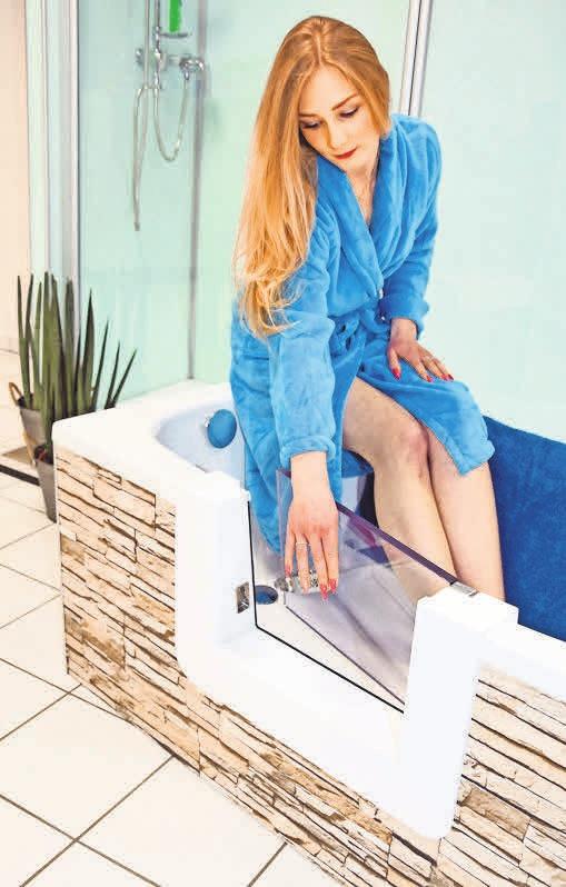 Eine Badewannentür lässt sich nachträglich in die vorhandene Wanne einbauen.Foto: BADbarrierefrei.de