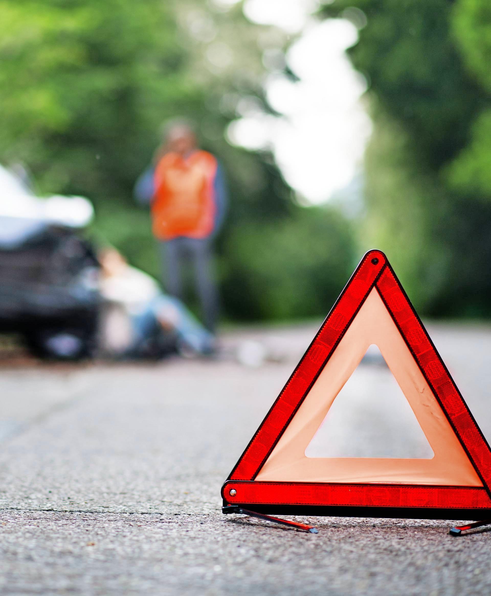 Ganz wichtig: Nach einem Unfall ein Warndreieck aufstellen.