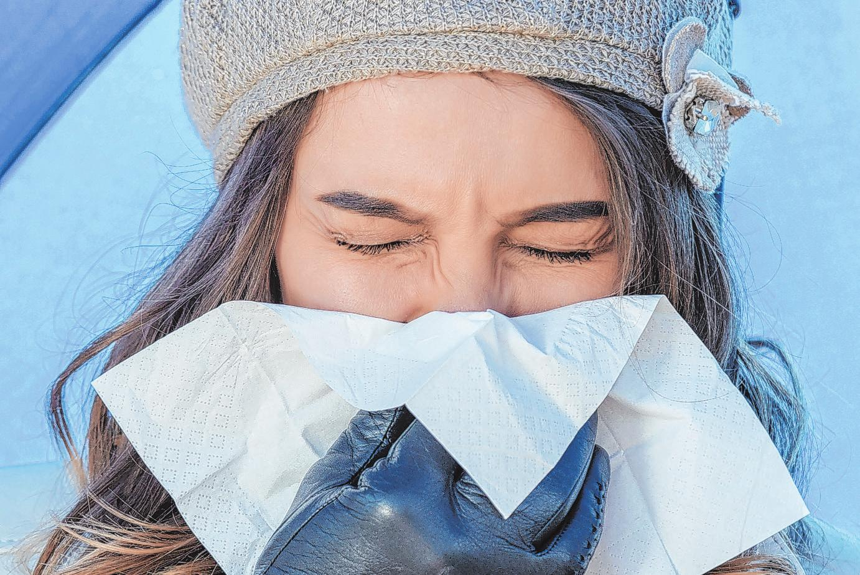 Schnupfenviren zirkulieren in der kalten Jahreszeit überall. Hochpolymere pflanzliche Polyphenole in Cystus entlasten das Immunsystem Foto: djd/Getty