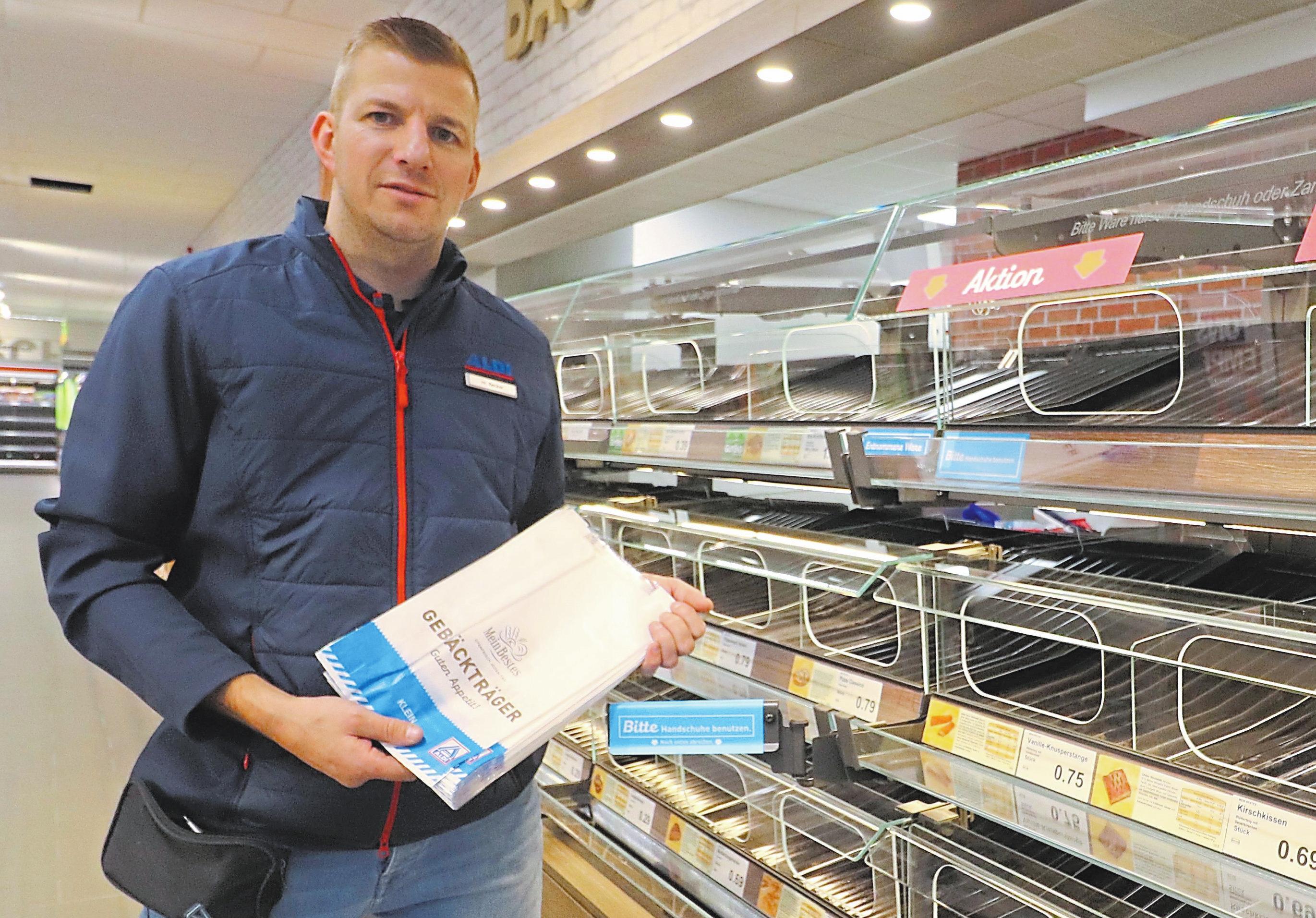 Der Filialverantwortliche Carsten Becker freut sich, dass der Neubau alserster ALDI-Markt in Gronau einen eigenen Backbereich erhalten hat.