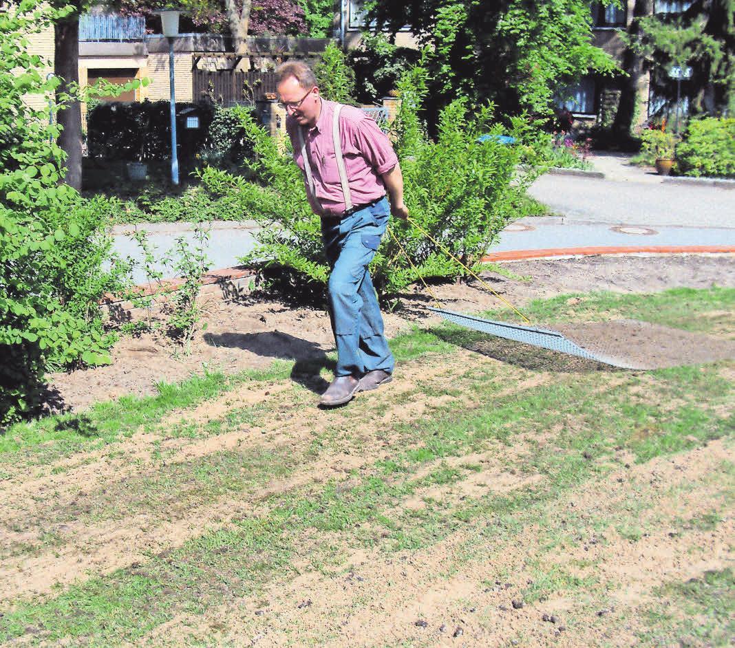 Ohne Fleiß kein Preis: Jan Eskildsen glättet eine Rasenfläche, damit sie wieder in einen ansehnlichen Zustande gebracht werden kann.