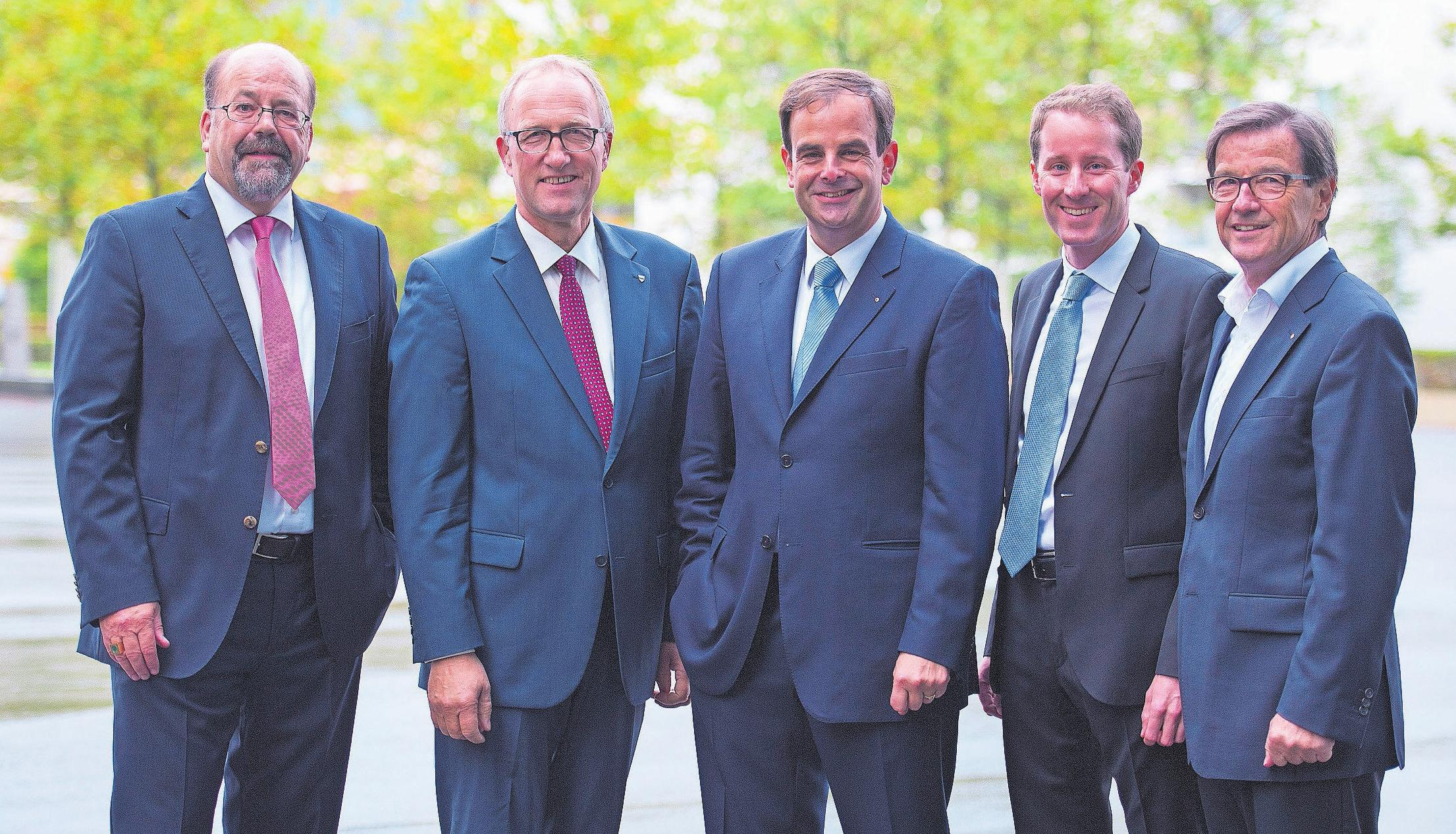 Joachim Eder (links) muss als Ständerat ersetzt werden, Bruno Pezzatti (rechts) als Nationalrat. Erneut kandidieren Peter Hegglin (Zweiter von links), Gerhard Pfister (Dritter von links) und Thomas Aeschi (Zweiter von rechts). Bild: Maria Schmid (Zug, 18. Oktober 2015)