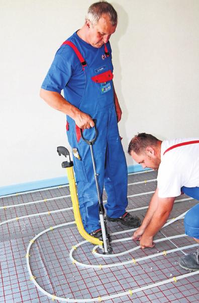 Länger dauert die Trocknung des Estrichs beim Einbau einer Fußbodenheizung, da dieser dicker verlegt werden muss. Foto: dpa
