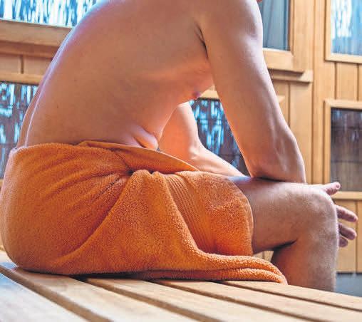 Genießen, aber vorsichtig: Herzpatienten sollten vor dem Gang in die Sauna mit ihrem Arzt sprechen. Foto: Christin Klose/dpa-tmn