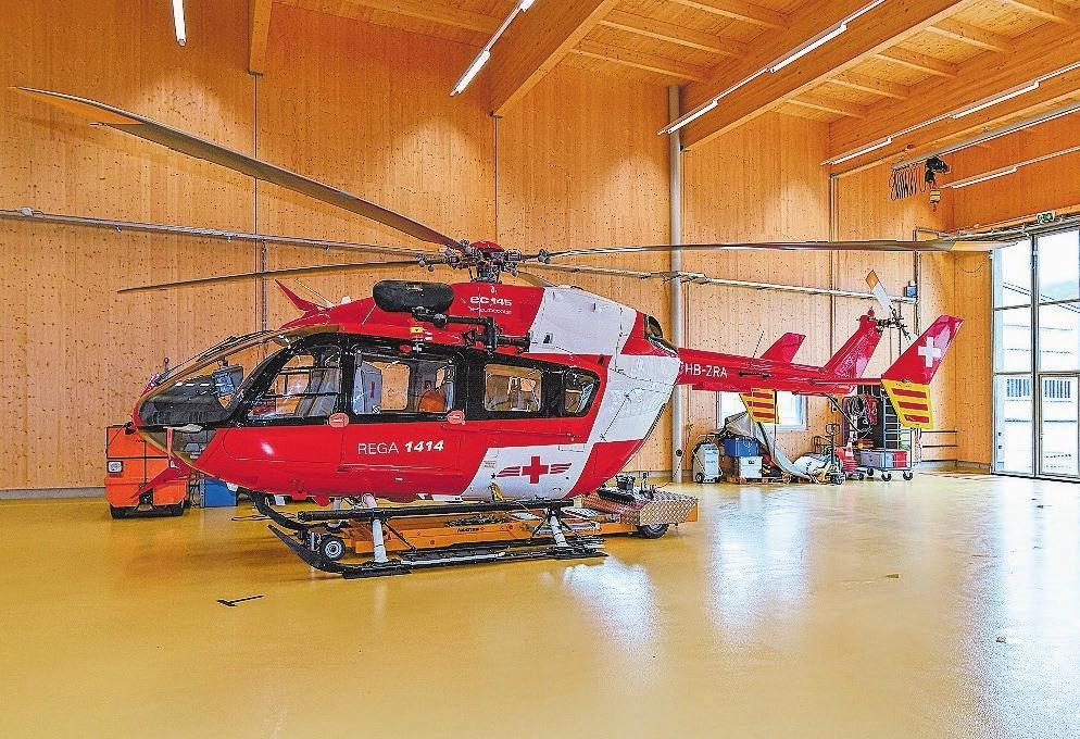 Im Hangar der Rega steht ein Eurocopter ec-145.