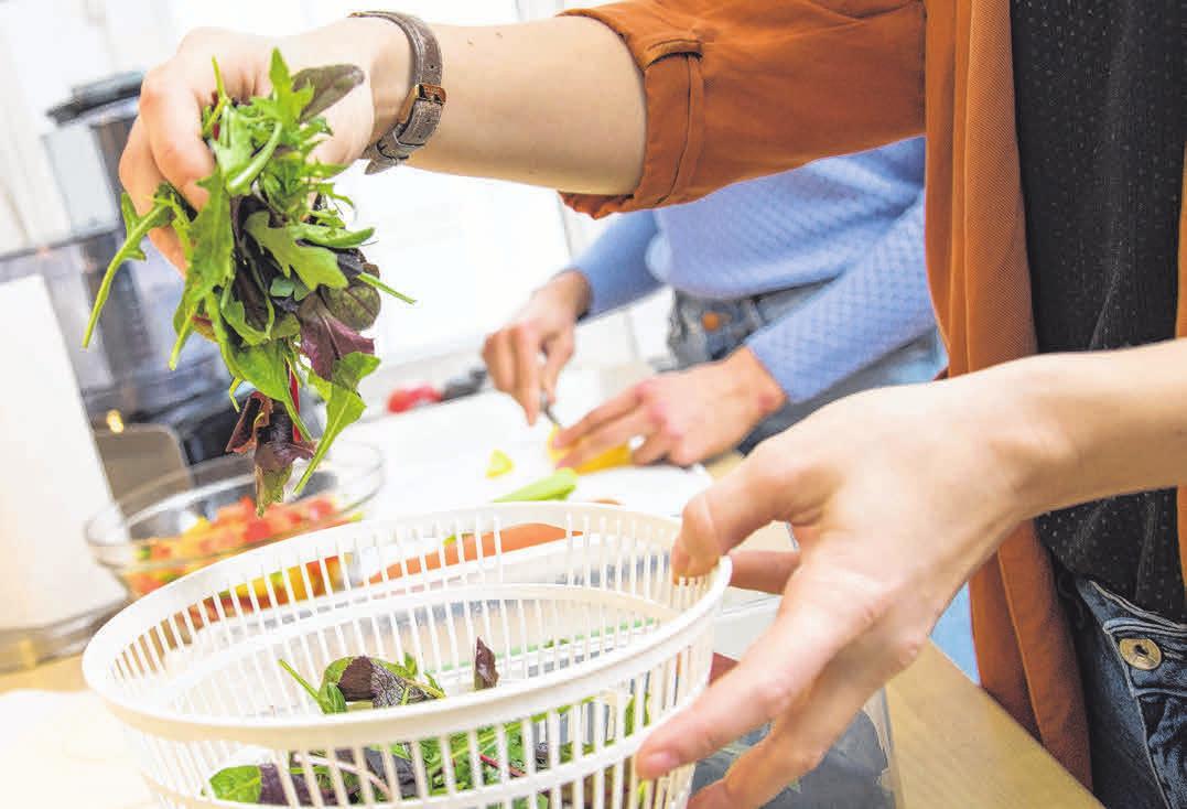 Das ideale Abendessen: Salat enthält viele gesunde Nährstoffe, aber vergleichsweise wenig Kalorien. Foto: Christin Klose