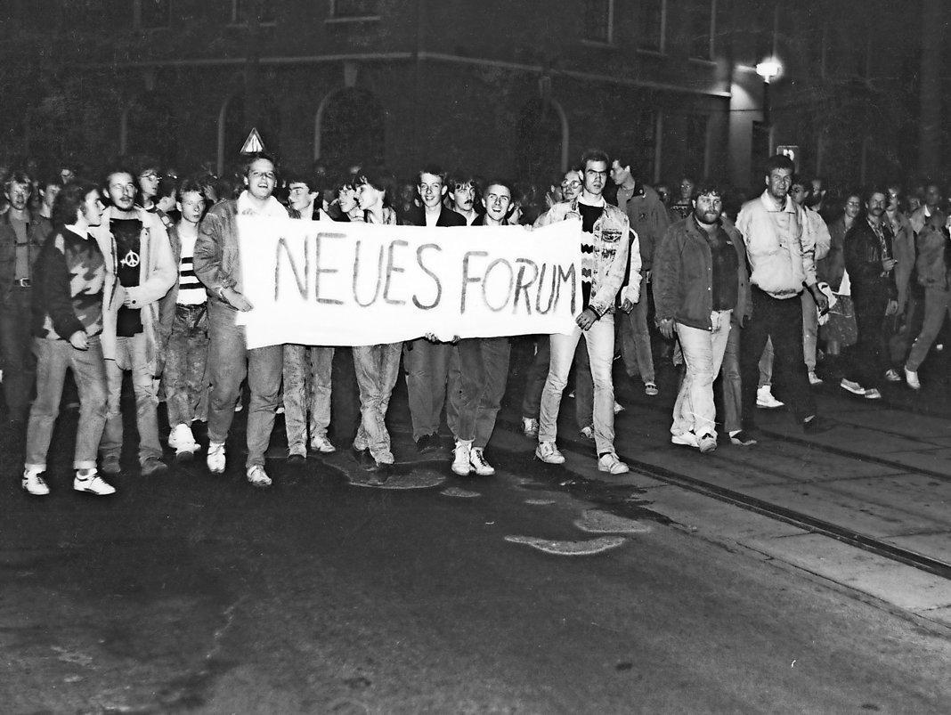 Am 21. Oktober 1989 treffen sich mehrere tausend Menschen zu einer Demonstration durch die Rostocker Innenstadt. Dabei werden Presse- freiheit, Gewaltlosigkeit sowie die Zulassung des Neuen Forums gefordert.