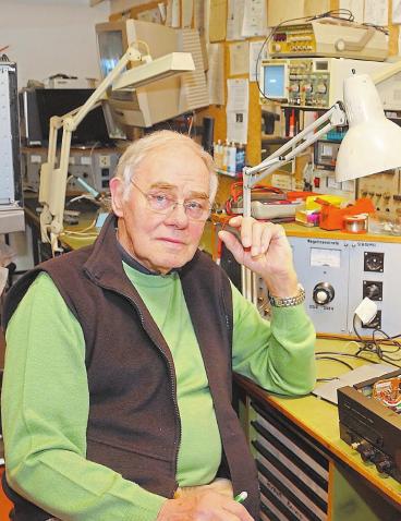 Unterstützt seinen Sohn in der Werkstatt: Helmuth Arning.