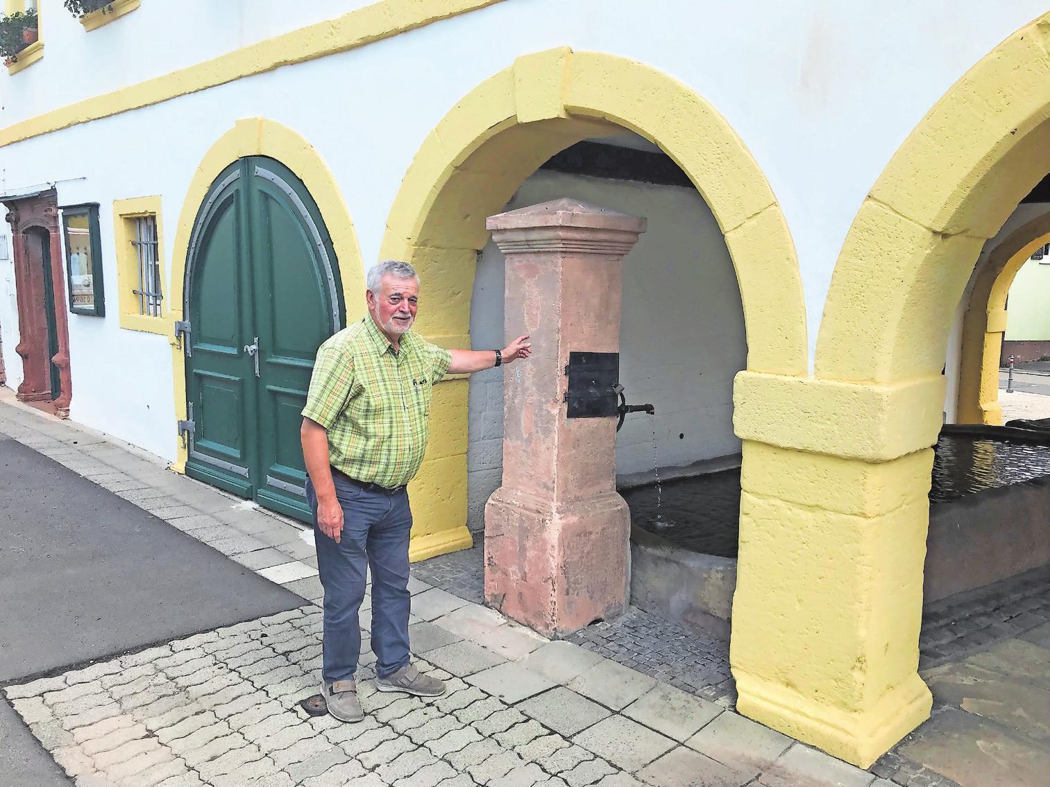 """Weiß sehr viel über """"sein"""" Dorf: Ortsvorsteher Roland Henigin vor der denkmalgeschützten Ortsverwaltung. Foto: ffg"""