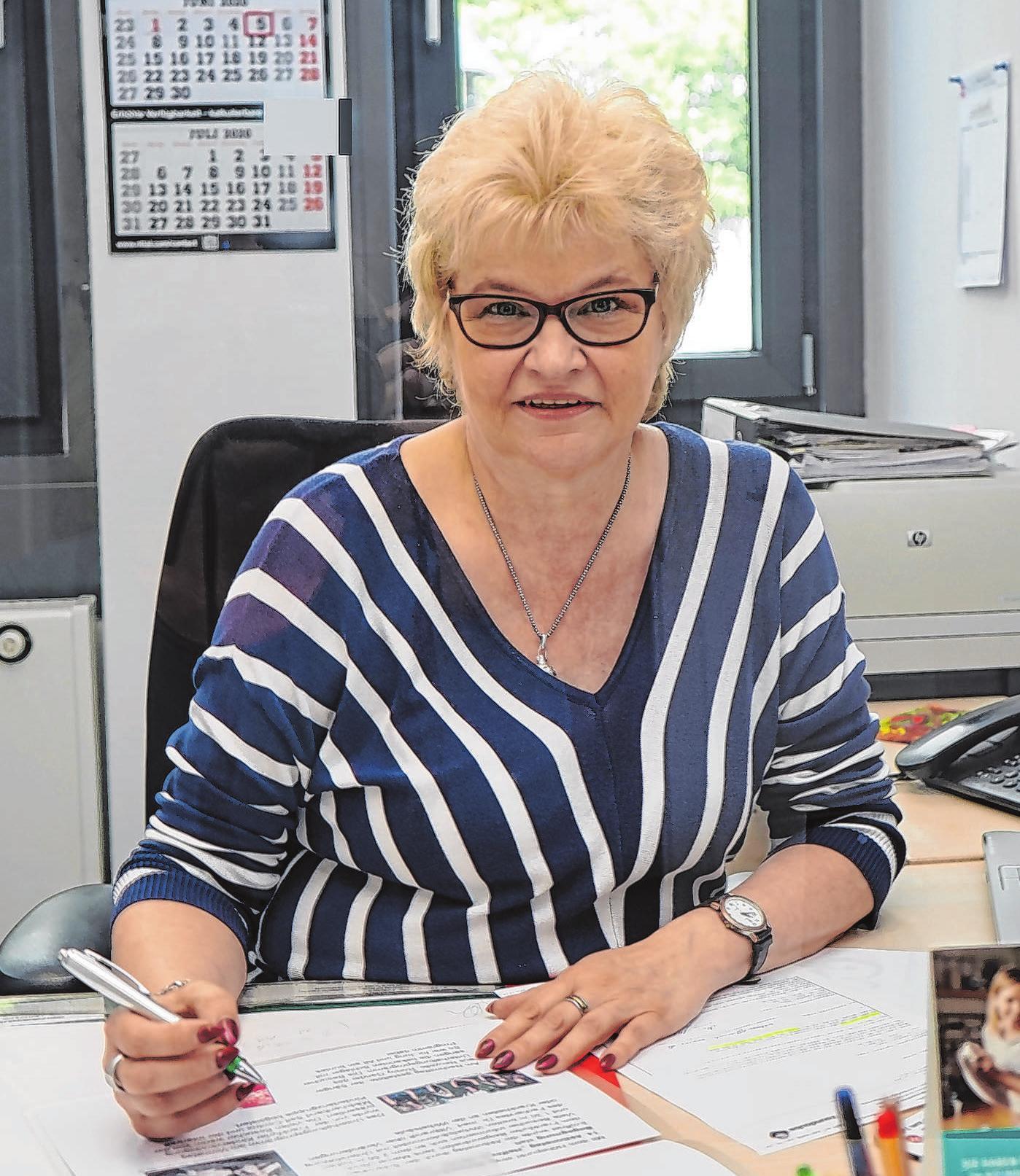Martina Nikelski ist Sozialberaterin beim Pflegestützpunkt Frankfurt (Oder). Hier gibt es Informationen über Angebote für Senioren und Pflegebedürftige. Foto: Andrea Steinert