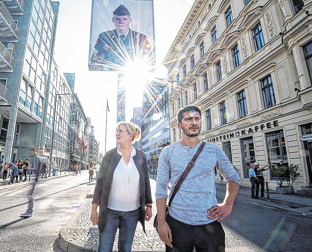 Statt virtueller Realität ein Abstecher zu dem, was heute vom Grenzübergang Checkpoint Charlie übrig ist: Reporter Karin Koslik und Sebastian Schramm FOTOS: VOLKER BOHLMANN