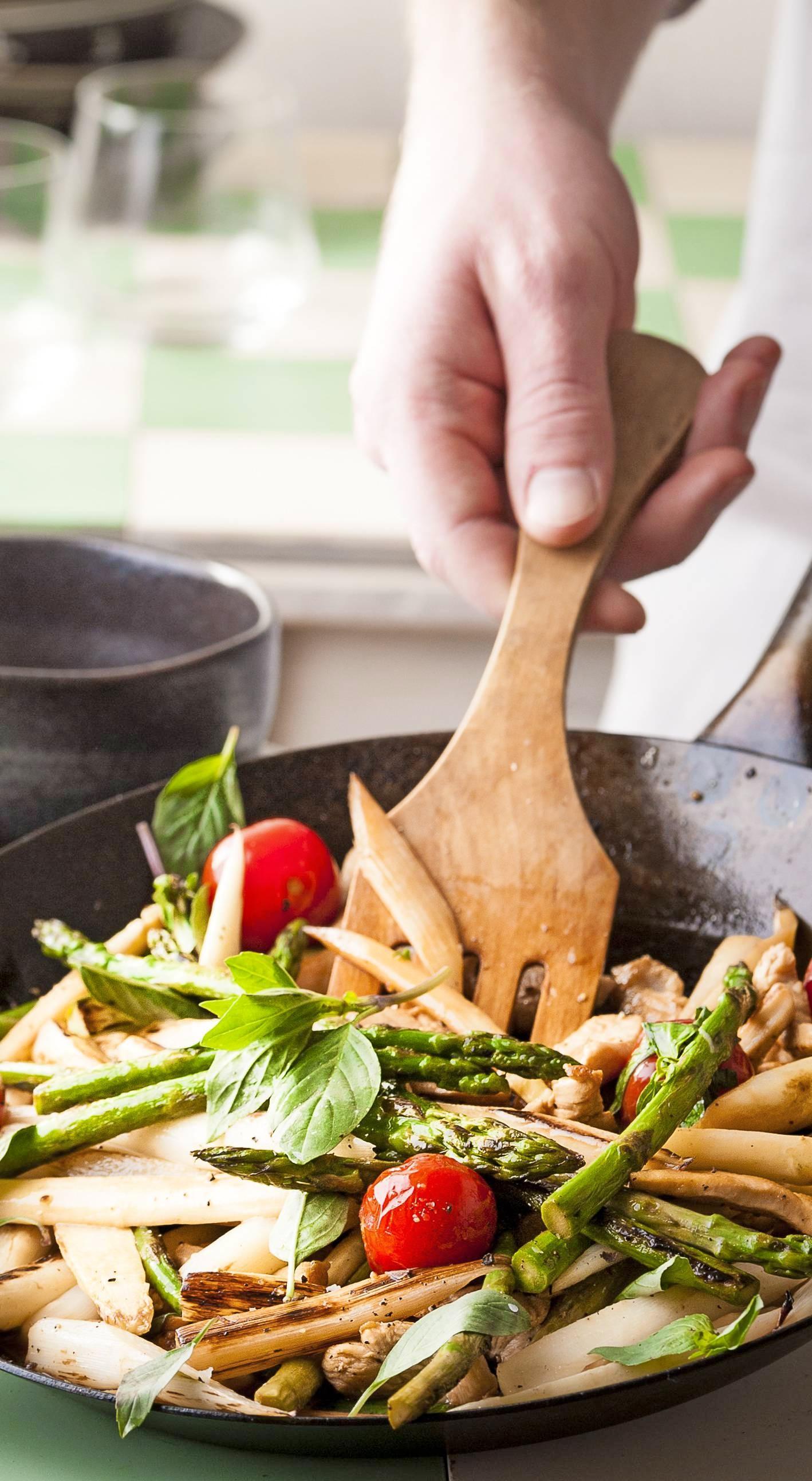 Klein geschnitten lässt sich Spargel auch prima in der Pfanne zubereiten.