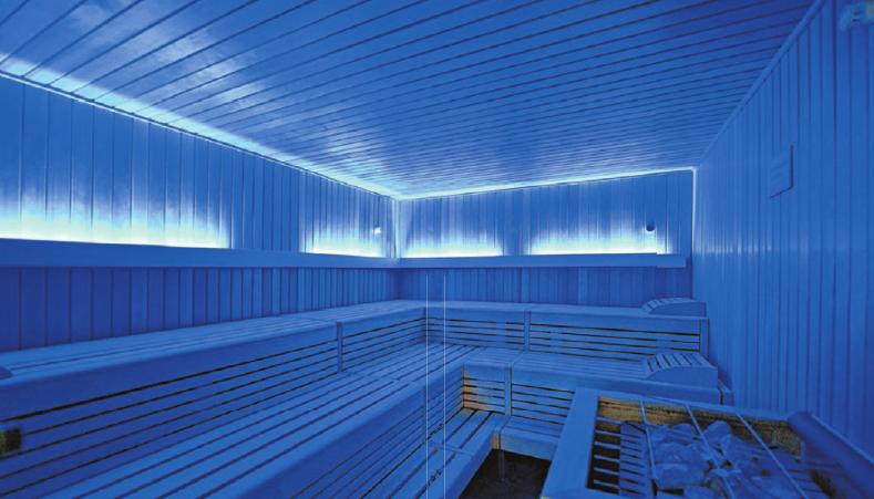 Die Sauna lädt zu mehreren Durchgängen ein und betört durch faszinierende Farbspiele. Fotos: Emmenlauer